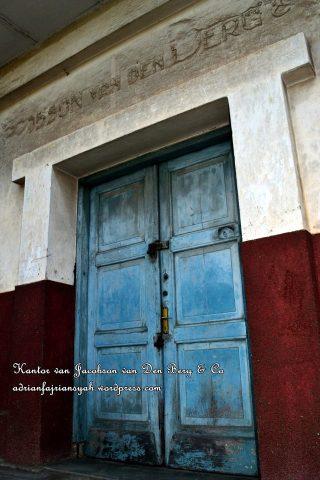 Pintu masuk kantor van Jacobson van Den Berg & Co Palembang