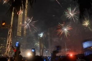 Kembang Api Menghiasi Langit Di Sekitaran Bundaran HI Saat Malam Tahun Naru 2013
