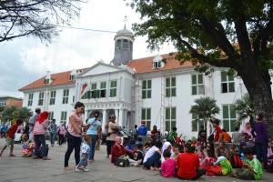 Rombongan Keluarga Melakukan Rekreasi di Kota Tua Jakarta