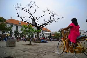 Suasana Kota Tua Jakarta. Tempat ini menyimpan harta karun sejarah yang tak ternilai harganya. Di sana banyak bertaburan bangunan-bangunan peninggalan masa kolonial. Namun, sayang, keadaan tempat itu kurang terawat. Terbukti banyaknya bangunan kuno yang tak terawat, bahkan ada beberapa atapnya roboh.