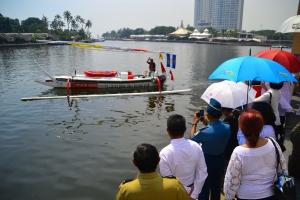 Daeng Effendy Soleman melambaikan tangan kepada sejumlah orang yang melepas pelayaran tunggalnya dari Jakarta-Bruneidengan Perahu Jukung khas Bali medio Mei 2013 lalu.